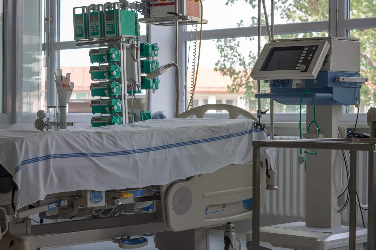 A hospital room with ventilator.