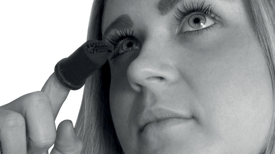 Person modelling Infinity Mascara product